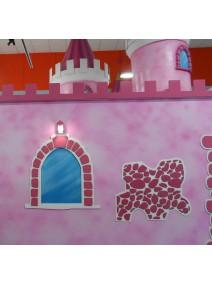 Ventana simulada sobre panel fresado con relieves y pintada